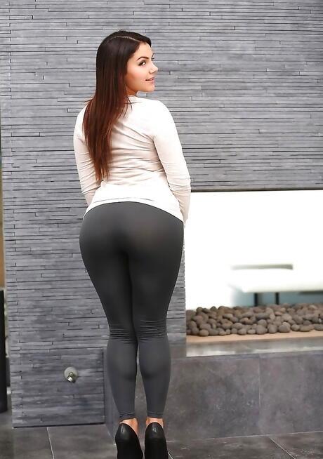 Huge Ass Brunette Pics